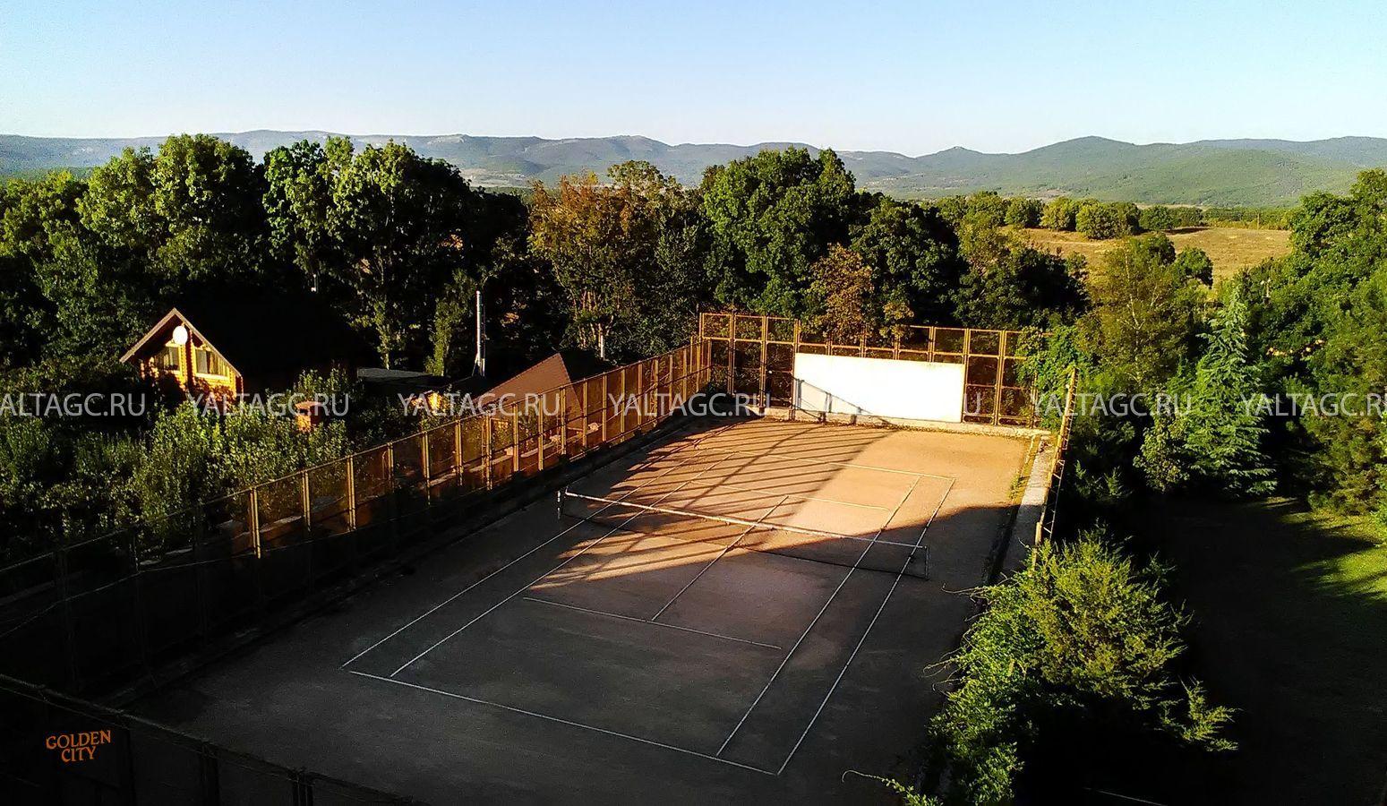 Жилой дом с теннисным кортом